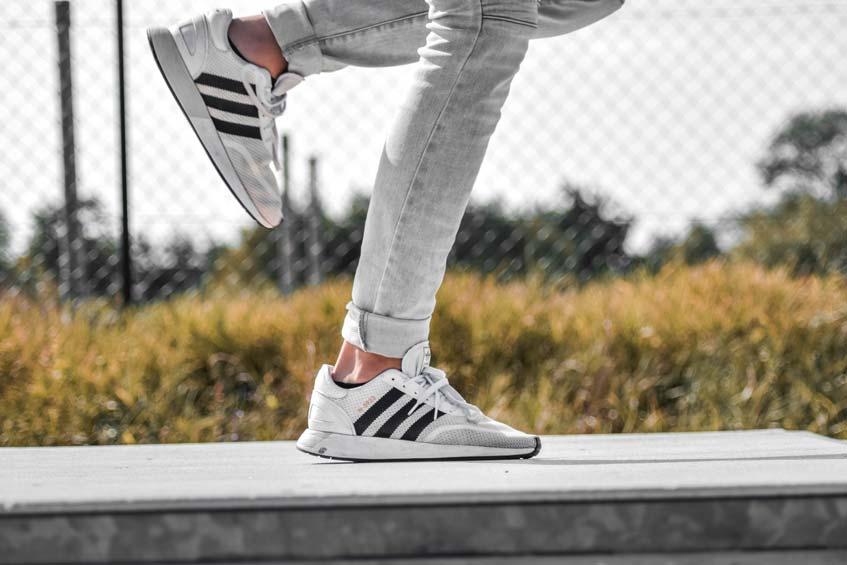 รองเท้าผ้าใบ Adidas สำหรับผู้ชาย ที่ดีที่สุด ปี 2020