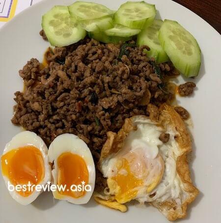 เมนูคีโต: เนื้อสับผัดใบโหระพา + ไข่ดาว ไข่ต้ม