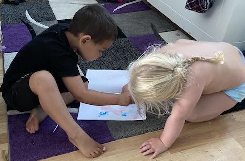 เด็กกำลังวาดรูป