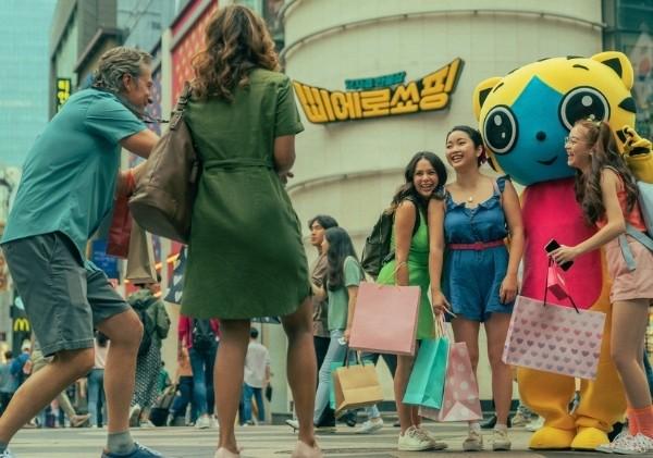 คุมโทนให้อยู่ในเฉดสีชมพู, เหลืองและฟ้าก็เพื่อให้เกิดอารมณ์ความรู้สึกและโทนสีเหล่านี้ยังช่วยทำให้หนังดูย้อนไปราวกับยุค 70s