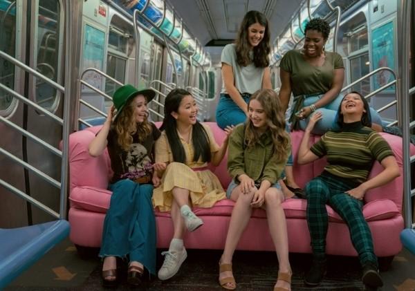 ซีนที่สาว ๆ ขนโซฟาเข้าไปในรถไฟใต้ดิน
