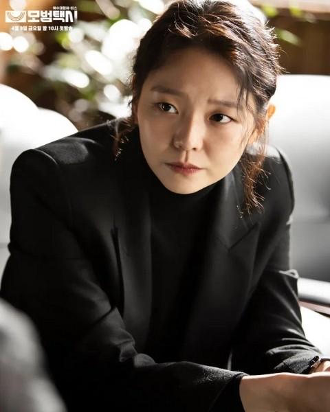 คังฮานา ซีรีส์เรื่อง Taxi Driver รับบทโดย อีซม