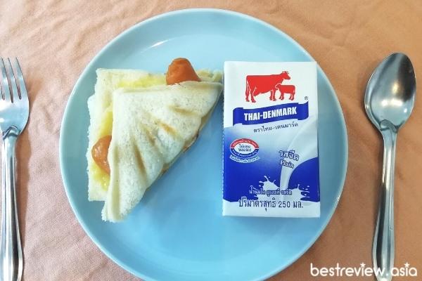 แซนด์วิชไส้กรอกชีส + นมสด